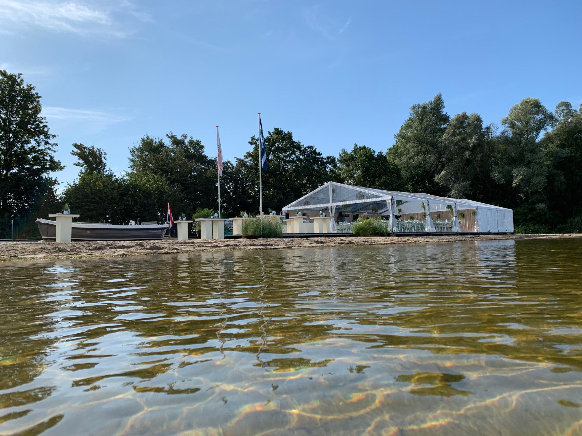1a. tent vanuit het water